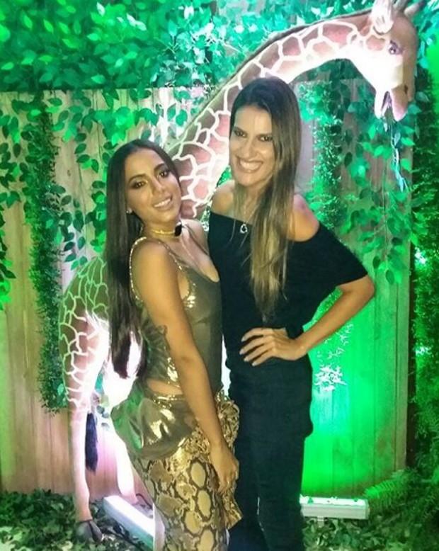Anitta e a decoradora da festa, Andréa Guimarães (Foto: Reprodução/Instagram)