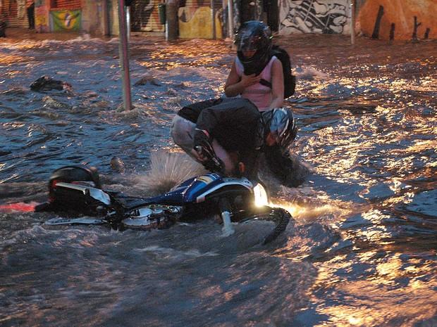 Motoqueiro cai na Turiassu (Foto: Paulo Preto/Futuro Press)