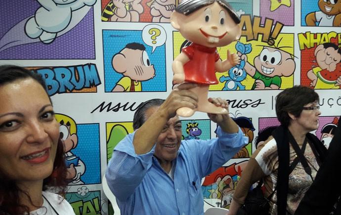 Mauricio de Sousa ergue boneca da Mônica na Bienal