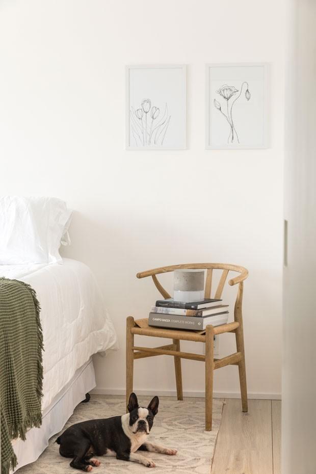 SUÍTE | Cadeira do modelo Wishbone de Hans Vegner, adquirido na Etna. Quadros da Artista Natalia Billa. Roupa de cama da Buddemeyer. Tapete da Phenicia Concept. (Foto: Fran Parente)