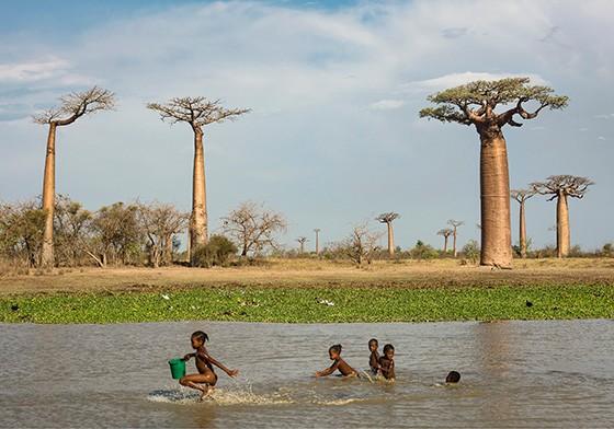 Crianças da etnia Sakalava brincam em uma lagoa (Foto: © Haroldo Castro/Época)