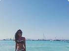 Mariana Rios exibe a cinturinha no mar de Ibiza, na Espanha