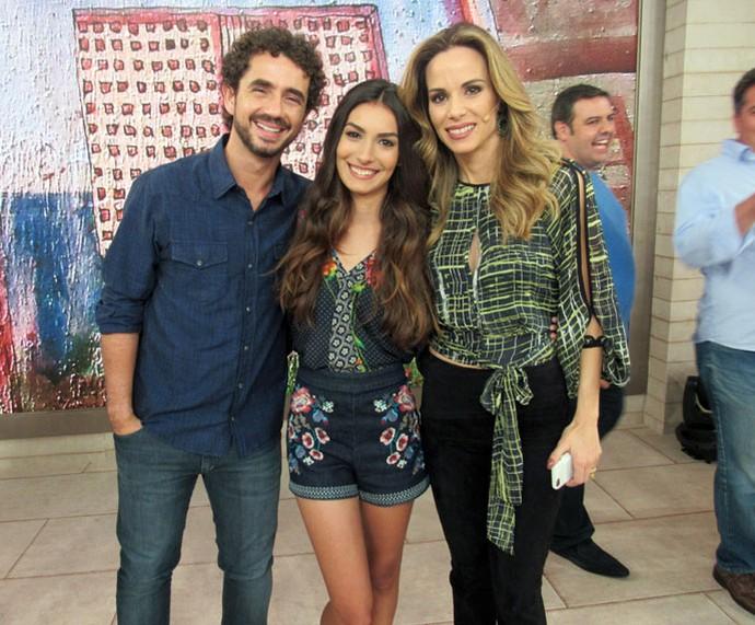 A atriz Marina Moschen com os apresentadores nos bastidores  (Foto: Paula Santos/Gshow)