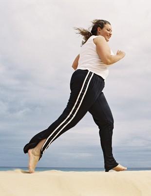 EuAtleta - mulher gordinha correndo praia (Foto: Getty Images)