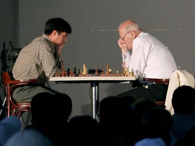 Imagem de arquivo mostra o jogador de xadrez e dissidente soviético Viktor Korchnoi (à direita) em partida contra o mexicano Gilberto Hernandez, durante festival de xadrez na Cidade do México em 2006 (Foto: REUTERS/Tomas Bravo/File Photo)