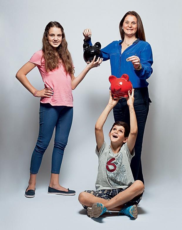 EDUCADOS Pedro (sentado) com a irmã, Isabella, e a mãe, a economista Patrícia. O menino voltou das aulas mais disposto a poupar (Foto: Rogério Cassimiro/ÉPOCA)