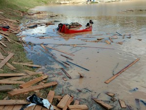 Caminhão ficou parcialmente submerso após cair em açude (Foto: Divulgação/Corpo de Bombeiros)