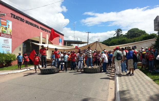 Manifestantes cercaram prédio da prefeitura (Foto: Ferreira Neto/G1)