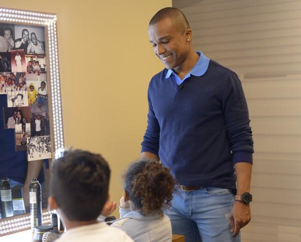 Alexandre Pires durante conversa com os filhos (Foto: Camila Serejo / Gshow)