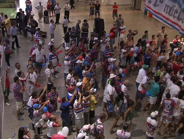 Torcida do Fortaleza recebeu os jogadores com músicas de incentivo (Foto: Reprodução/TV Verdes Mares)