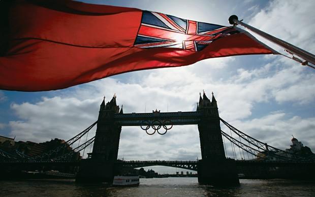 CIDADE SEDE A bandeira da Grã-Bretanha tremula em frente à Tower Bridge, em Londres. O Brasil tende a faturar mais medalhas lá porque, de acordo com o estatístico Simon Shibli, é sede da Olimpíada seguinte (Foto: Andrew Winning/REUTERS)
