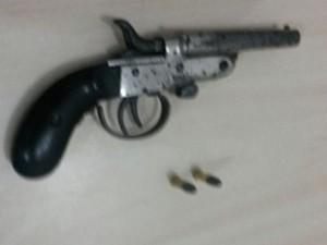 Arma apreendida com o jovem (Foto: Divulgação/Polícia Civil de Oriximiná)