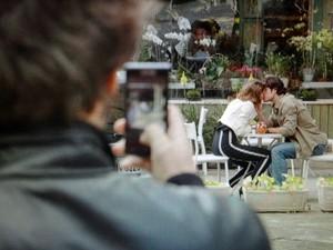 Fabinho fotografa beijo entre Amora e Bento (Foto: Sangue Bom/TV Globo)