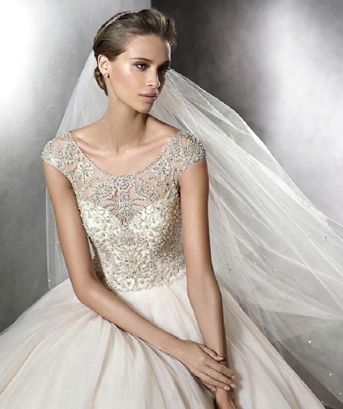Vestido de noiva com aplicações de pedrarias (Foto: imagem da internet)