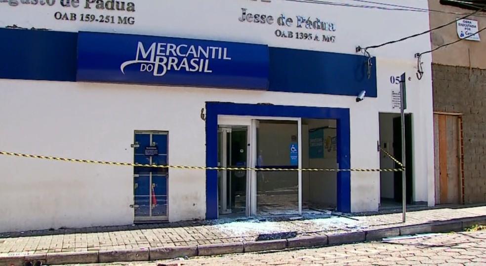 Agência bancária ficou destruída após ataque de assaltantes em São Sebastião do Paraíso (Foto: Reprodução EPTV)