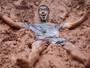 Novos alunos da USP levam trote na lama; FOTOS (Caio Kenji/G1)