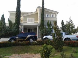 PF e Receita Federal em frente a casa de Ruy Muniz (Foto: Michelly Oda/G1)