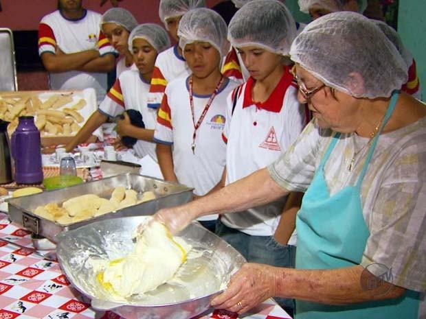 Receita de biscoito areadense é passado para crianças (Foto: Reprodução EPTV)