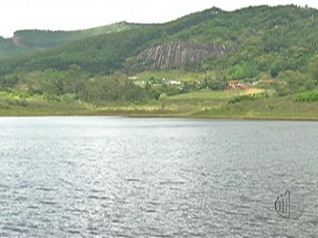 Especialista acompanha o nível das represas que formam o Sistema Alto Tietê. (Foto: Reprodução/ TV Diário)