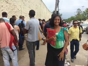 Scheila Borges chegou às 9h e ainda aguardava na fila às 15h (Foto: Fernanda Rouvenat / G1)