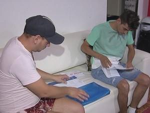 Moradores já estão com exames prontos, mas não conseguem atendimento (Foto: Reprodução/TV TEM)