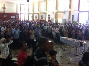 Centenas de pessoas acompanharam a missa em homenagem a dom Tomás Balduíno em Goiânia, Goiás (Foto: Fábio Castro/ TV Anhanguera)