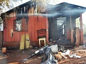 Menina tenta vender celular para poder reconstruir casa consumida pelas chamas no RS (Foto: Abel Oliveira/Ijuí News)