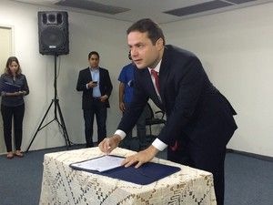 Renan assina ordem de serviço que autoirza a obra de duplicação (Foto: Michelle Farias/G1)