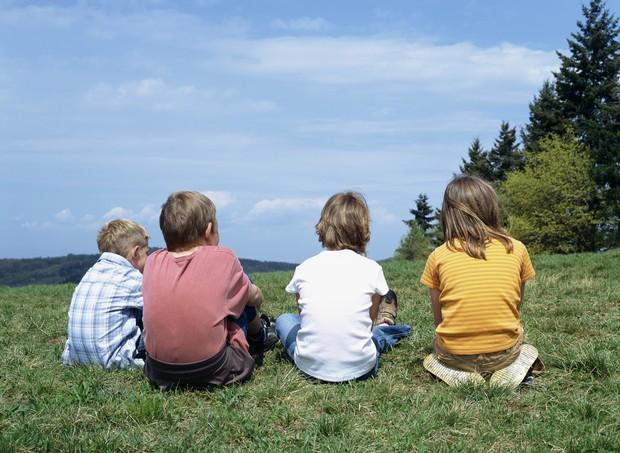 Crianças sentadas (Foto: Thinkstock)