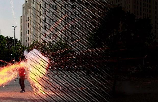 A PRIMEIRA VÍTIMA O momento em que  o rojão atinge  o cinegrafista Santiago Andrade. A escalada  da violência nas manifestações fez  seu primeiro cadáver (Foto: Agência O Globo)