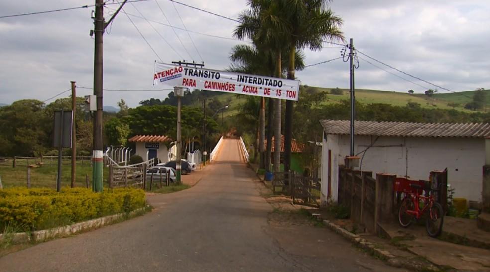 Com excesso de fluxo, estrutura de ponte em Careaçu ficou comprometida (Foto: Reprodução/EPTV)
