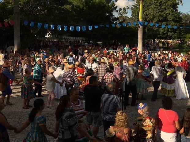 """Campina Grande reuniu 746 casais em """"Maior Quadrilha do Mundo"""" em 2016 (Foto: Reprodução / TV Paraíba)"""