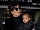 No colo de Kris Jenner, North West se irrita com paparazzo