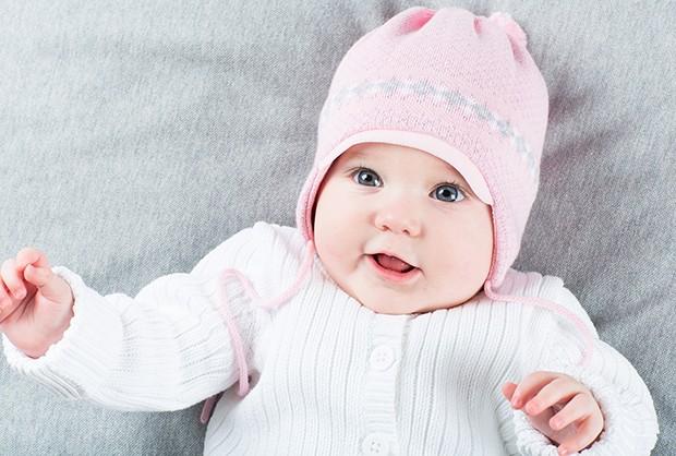 Vista o bebê com malha 100% algodão por baixo do agasalho (Foto: Thinkstock)