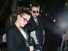 Kristen Stewart e Robert Pattinson desembarcam juntos em aeroporto