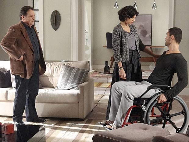Esperançoso, Fernando fala com Miriam sobre a decoração do apartamento (Foto: Amor Eterno Amor / TV Globo)