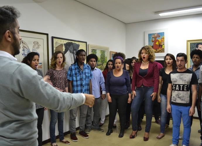 Novo Coral de Suzano faz sucesso na internet com vídeo cantando em avião (Foto: Reprodução / TV Diário)
