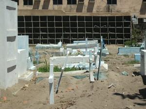 Mesmo com superlotação, cemitério apresenta obras para ampliação  (Foto: Waldson Costa/G1)
