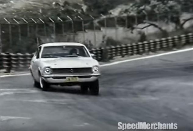 Emerson e o Maverick na pista de Interlagos, contornando a extinta curva 3.  (Foto: Reprodução/Frame do vídeo SpeedMerchants)