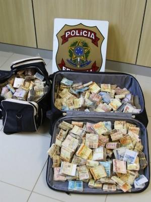 Segundo a PF, dinheiro seria usado para pagar dívida de tráfico de drogas (Foto: Polícia Federal / Divulgação)