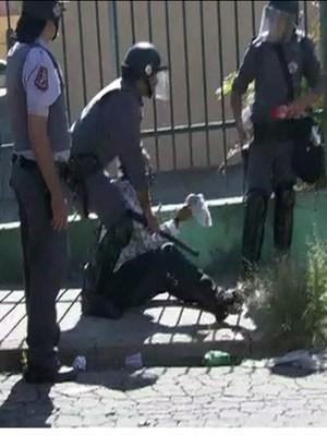 Policiais militares detém homem durante protesto contra reintegração de posse em Itaquera, na Zona Leste (Foto: Reprodução / Globo News)