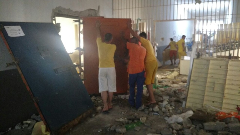 Detentos fazem reparos em presídio após rebelião com 5 mortos em Sinop (Foto: Sejudh/MT)