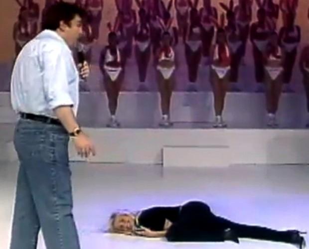 Quando foi ao 'Arquivo', a Rainha deitou no palco do programa (Foto: Domingão do Faustão / TV Globo)