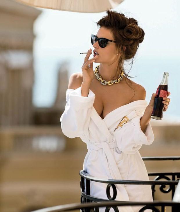 Alessandra Ambrósio em ensaio para a Maxim  (Foto: Reprodução)