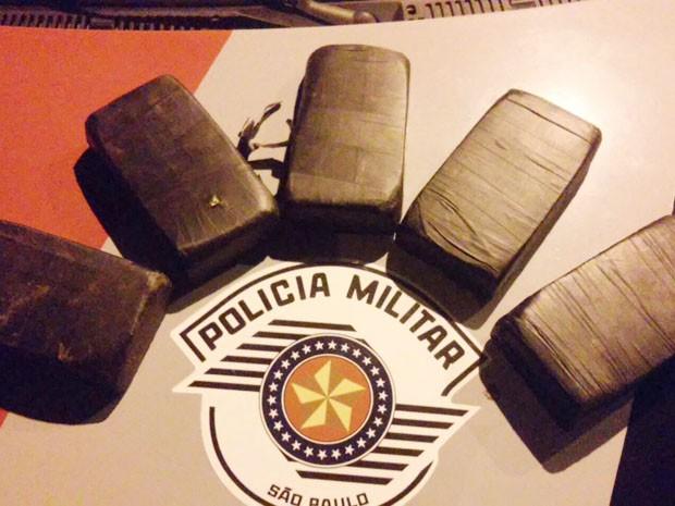 Tabletes de pasta base de cocaína estavam escondidos entre o forro e a lataria do carro (Foto: Polícia Militar/Divulgação)