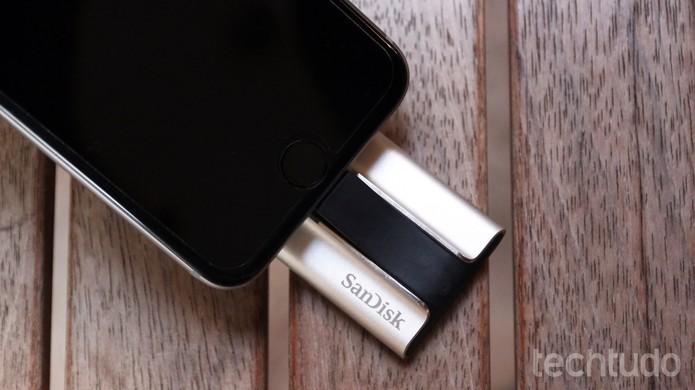 iXpand é um pendrive que dá mais espaço para o iPhone e iPad (Foto: Lucas Mendes/TechTudo)