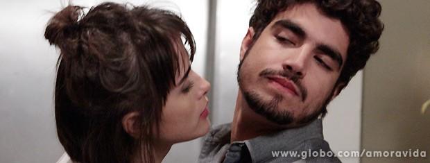 Ela ainda tenta beijá-lo, mas ele vira o rosto... (Foto: Amor à Vida / TV Globo)