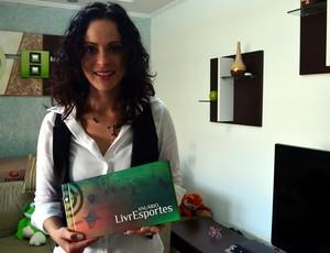 Ana Paula Oliveira mostra o anuário impresso do LivrEsporte, sua revista digital (Foto: Guto Marchiori / Globoesporte.com)