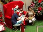 Dani Suzuki e ex-marido levam filho para tirar foto com Papai Noel