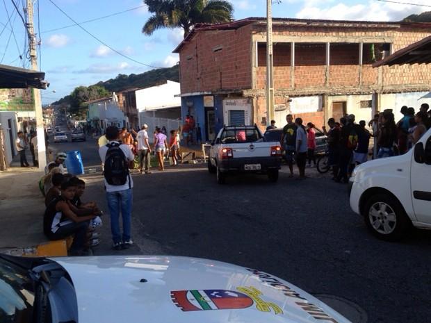 Moradores bloqueiam rua em Mãe Luíza, na Zona Leste de Natal (Foto: Filipo Cunha/G1)